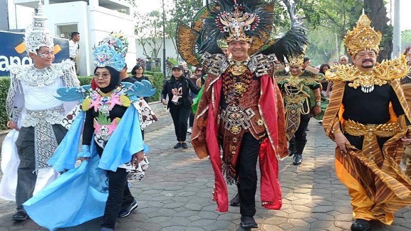Solo Batik Carnival 2019 berlangsung meriah, Sabtu (27/7/2019). Ganjar Pranowo memakai kostum ala Timor Leste (foto: Mia Kamila)