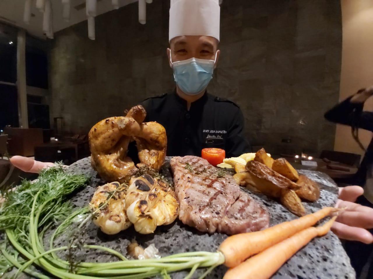 Chef Tony menghidangkan menu steak. Foto: Hilton Bandung