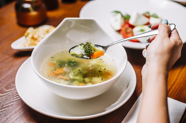 Ilustrasi makan sup agar perut kenyang lebih lama. Foto: Freepik