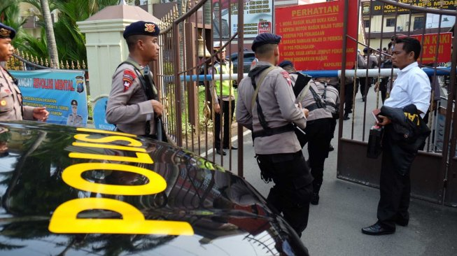 Polisi berjaga pasca bom bunuh diri di Mapolrestabes Medan, Sumut, Rabu (13/11). [ANTARA FOTO/Irsan Mulyadi]