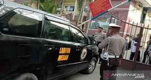 Tim Inafis meluncur ke Mapolrestabes Medan untuk melakukan pemeriksaan terhadap ledakan diduga bom bunuh diri. Foto: ANTARA/Irsan