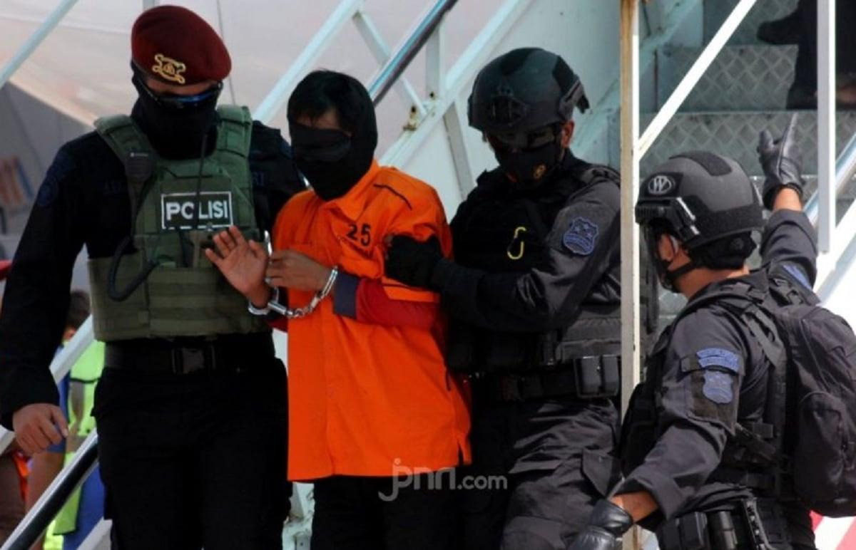 Pengakuan Terduga Teroris Ini Mengejutkan, Eks Pentolan FPI Kaget - Densus 88 Antiteror menangkap terduga teroris (Foto: JPNN.com/GenPI.co)