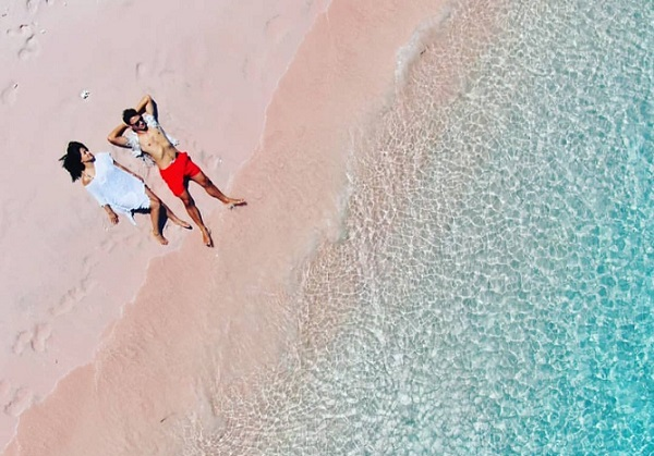 Pasangan Artis Seksi di Pantai Pink, Terasa Dunia Milik Berdua (Foto: Instagram/@csugiono)