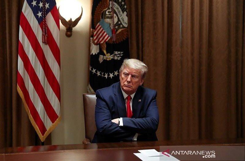 """Presiden AS Donald Trump di Cabinet Room Gedung Putih, di Washington, Selasa (14/4/2020). ANTARA FOTO/REUTERS/Leah Millis/AWW/djo Artikel ini telah tayang di JPNN.com dengan judul """"Donald Trump Siap Angkat Kaki dari Gedung Putih, dengan Syarat"""", https://"""