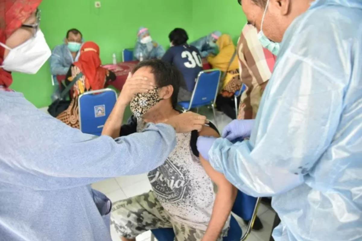 Pelaksanaan vaksinasi Covid-19 bagi pedagang pasar tardisional di Pasar Sambilegi, Depok, Sleman.(FOTO: ANTARA/HO Pemkab Sleman)