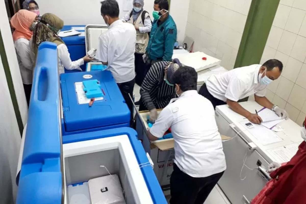 Petugas mengatur penyimpanan pasokan vaksin Covid-19 di instalasi farmasi Dinas Kesehatan Kota Yogyakarta.(Foto: Humas Pemkot Yogyakarta)