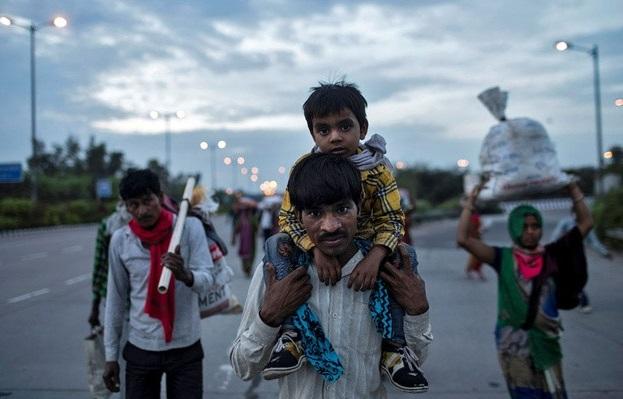 Ribuan pekerja kasar di India terpaksa berjalan kaki dari kota besar tempat mereka bekerja ke kampung halaman setelah kehilangan pekerjaan akibat kebijakan lockdown nasional. (Foto: Reuters)
