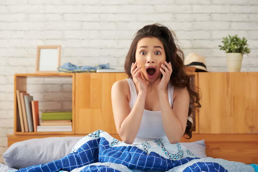 3 Penyebab Wajah Berminyak Saat Bangun Tidur. Foto: Hellosehat