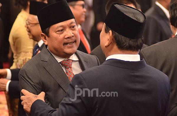 Wakil Menhan Sakti Wahyu Trenggono menerima ucapan selamat dari Menteri Pertahanan Prabowo Subianto di Istana Merdeka Jakarta, Jumat (25/10). (Foto: M Fahra Nazrul/JPNN)