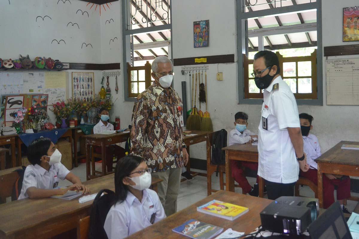 Wakil Wali Kota Yogyakarta Heroe Poerwadi saat meninjau pelaksanaan uji coba sekolah tatap muka beberapa waktu lalu.(FOTO: Humas Pemkot Yogyakarta)