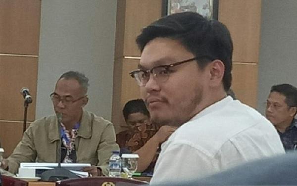 Anggota Fraksi Partai Solidaritas Indonesia (PSI) DPRD DKI Jakarta William Aditya Sarana saat rapat Komisi A di Gedung DPRD DKI Jakarta, Kamis (31/10/2019). (Foto: ANTARA/Livia Kristianti/pri)