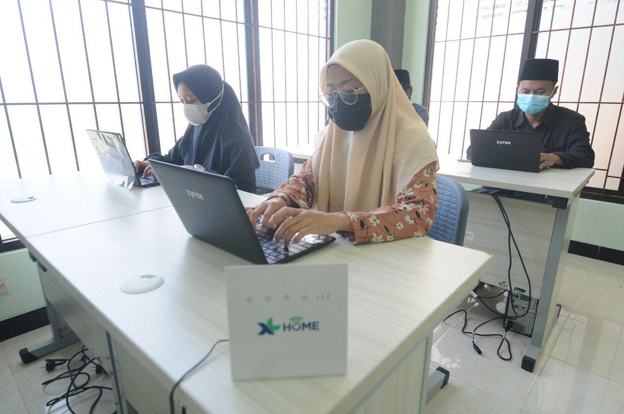 PT XL Axiata (XL Axiata) menyalurkan donasi 100 unit laptop dan sarana akses internet untuk 12 pondok pesantren di sejumlah daerah. Foto: Corcom XL Axiata