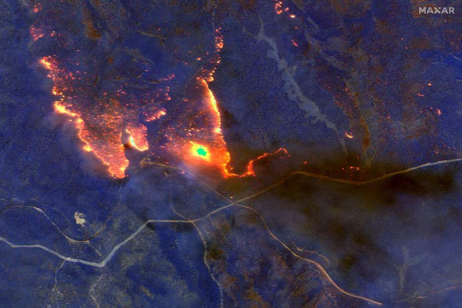 Kebakaran Hutan dan Asap Tebal Akibat Kebakaran Hutan Tampak Atas Kota Orbost, Victoria, Sabtu (4/1/2020). Foto: Maxar Technologies/ABCNews