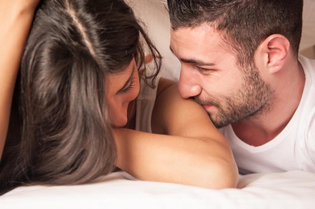 Romantis, Inilah 3 Cara Buat Wanita Tak Pernah Bosan di Ranjang
