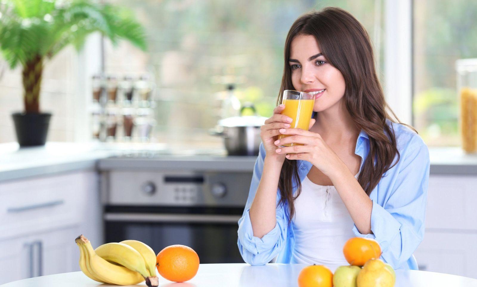 Ilustrasi minum jus buah. Foto: Shutterstock