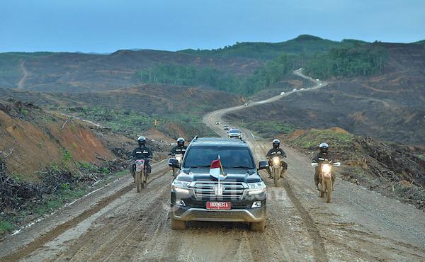 Mobil yang ditumpangi Presiden Jokowi menuju ke ibu kota baru. Foto: Jpnn/M. Fathra Nazrul Islam