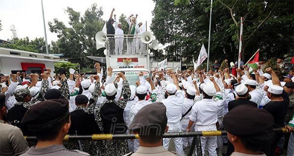 Massa FPI berunjuk rasa. Foto: Jpnn