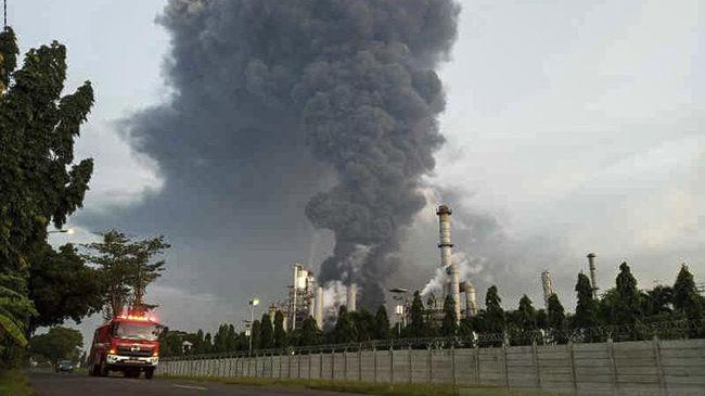 Kebakaran terjadi kilang minyak RU VI Balongan, Indramayu, Jabar. Foto: ANTARA/Khaerul Izan