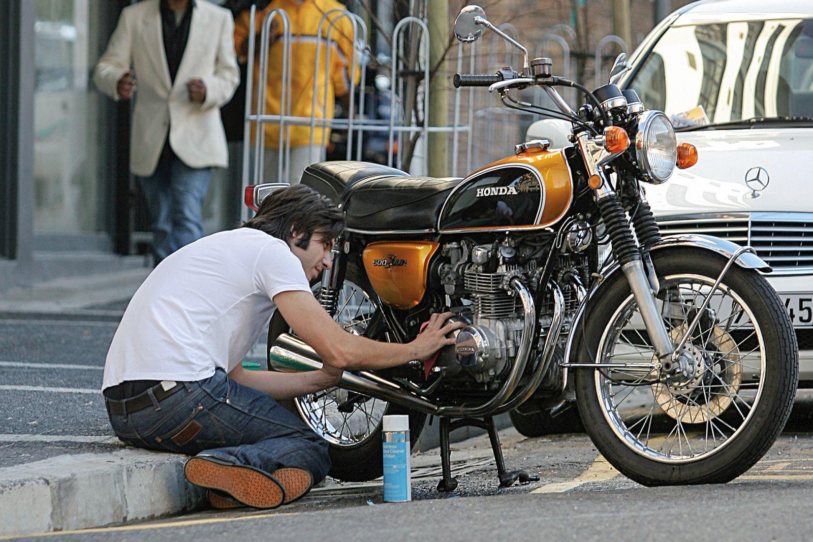 Ilustrasi merawat motor. Foto: Cycle World