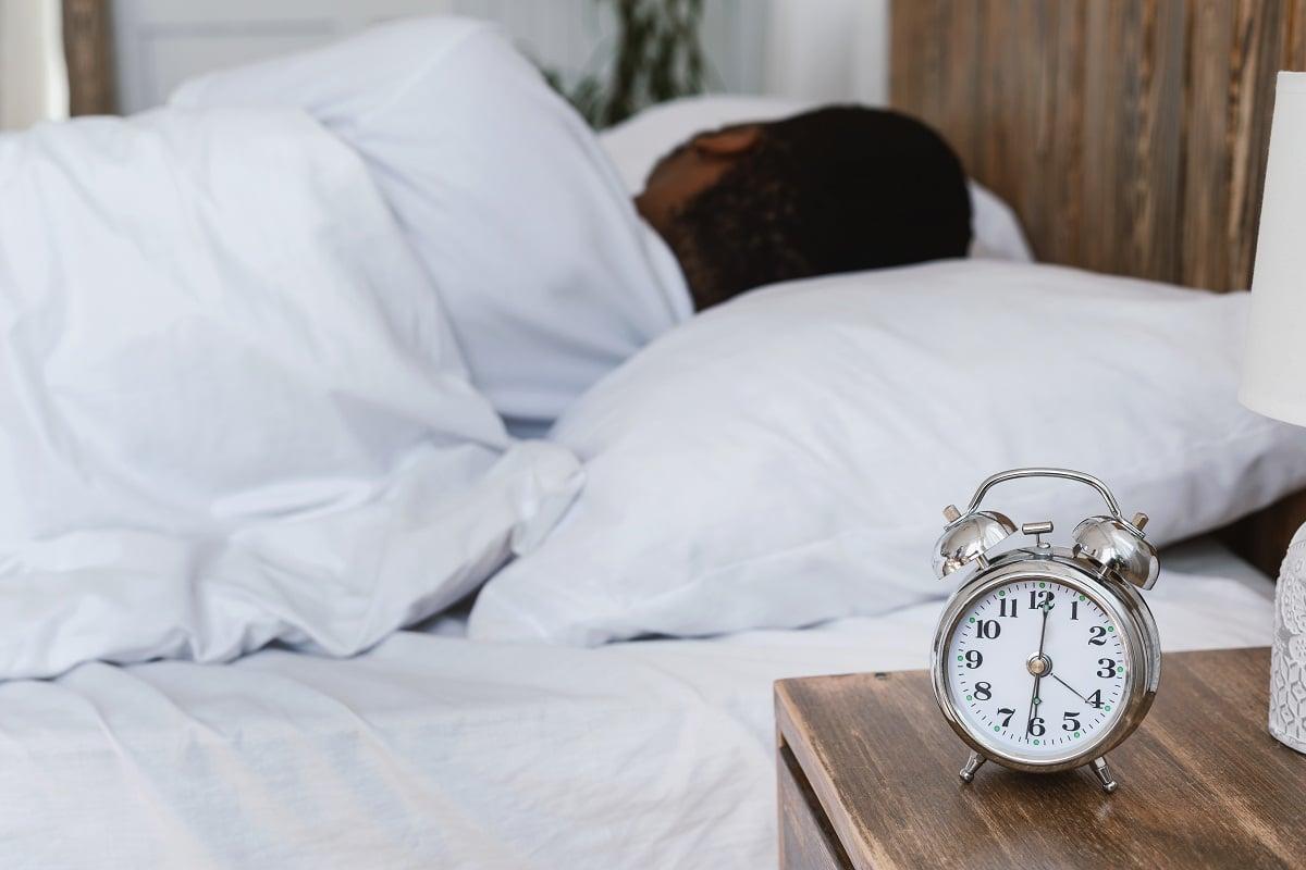 Ilustrasi kesiangan bangun sahur. Foto: Envato Elements/Prostock-studio