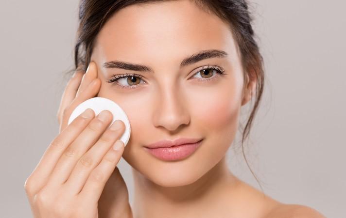 Ilustrasi pakai skin care. Foto: Shutterstock