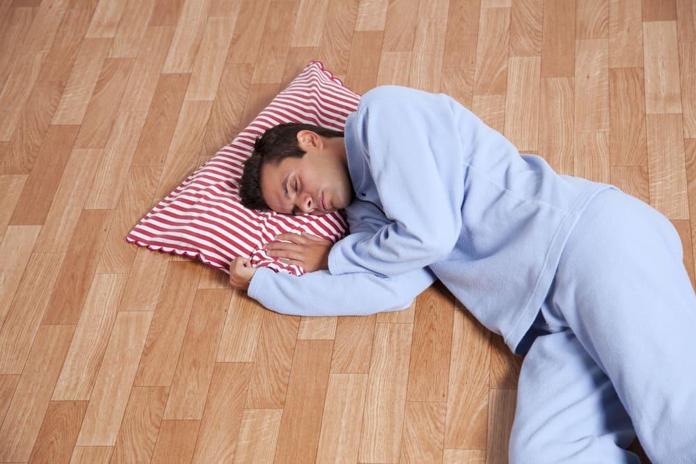 Ilustrasi tidur di lantai. Foto: Shutterstock