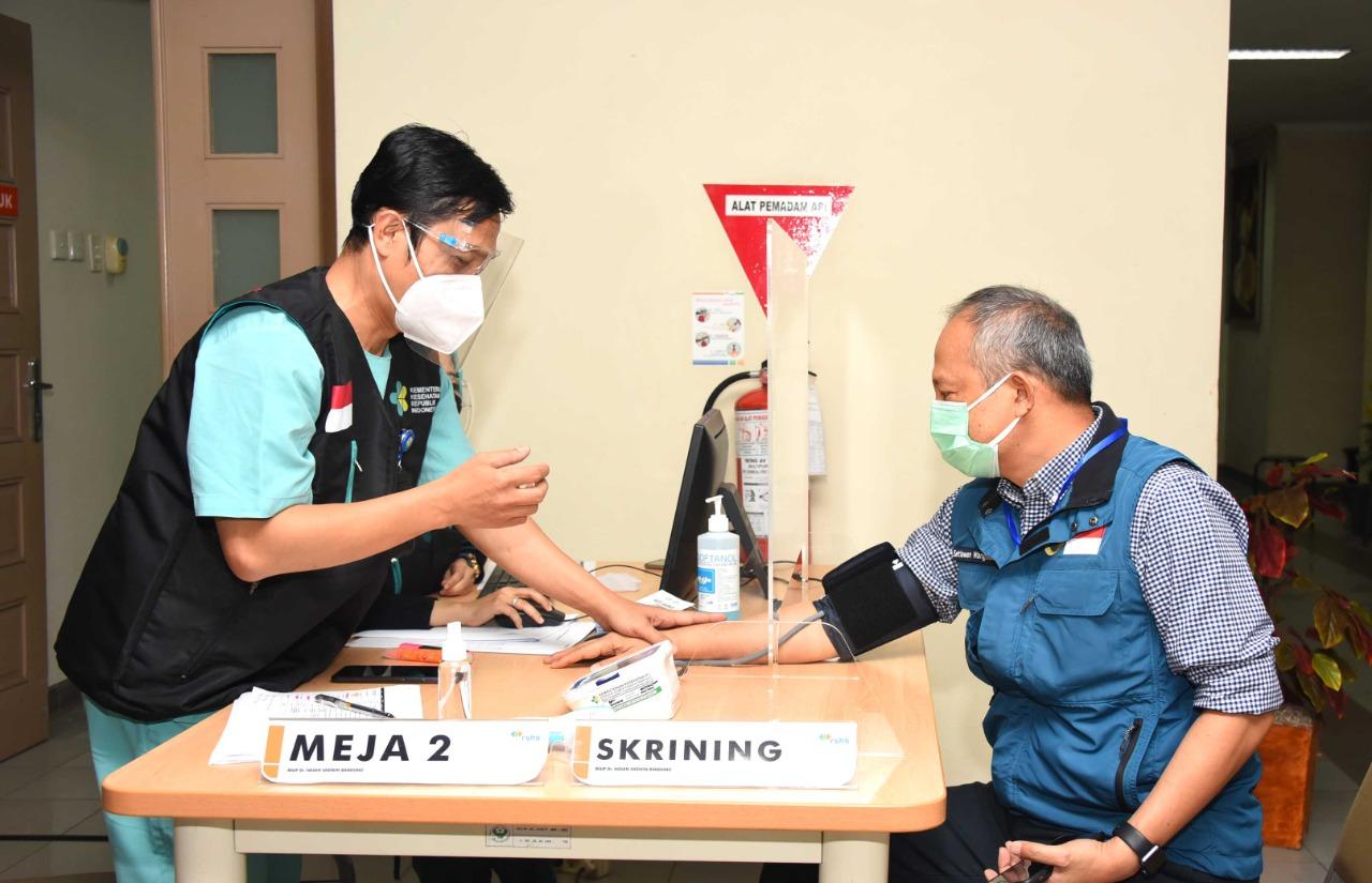 Pelaksanaan vaksinasi covid-19 di RSUP Dr. Hasan Sadikin dan RSKIA Kota Bandung, Kamis (14/1/2021). Foto: Humas Jabar