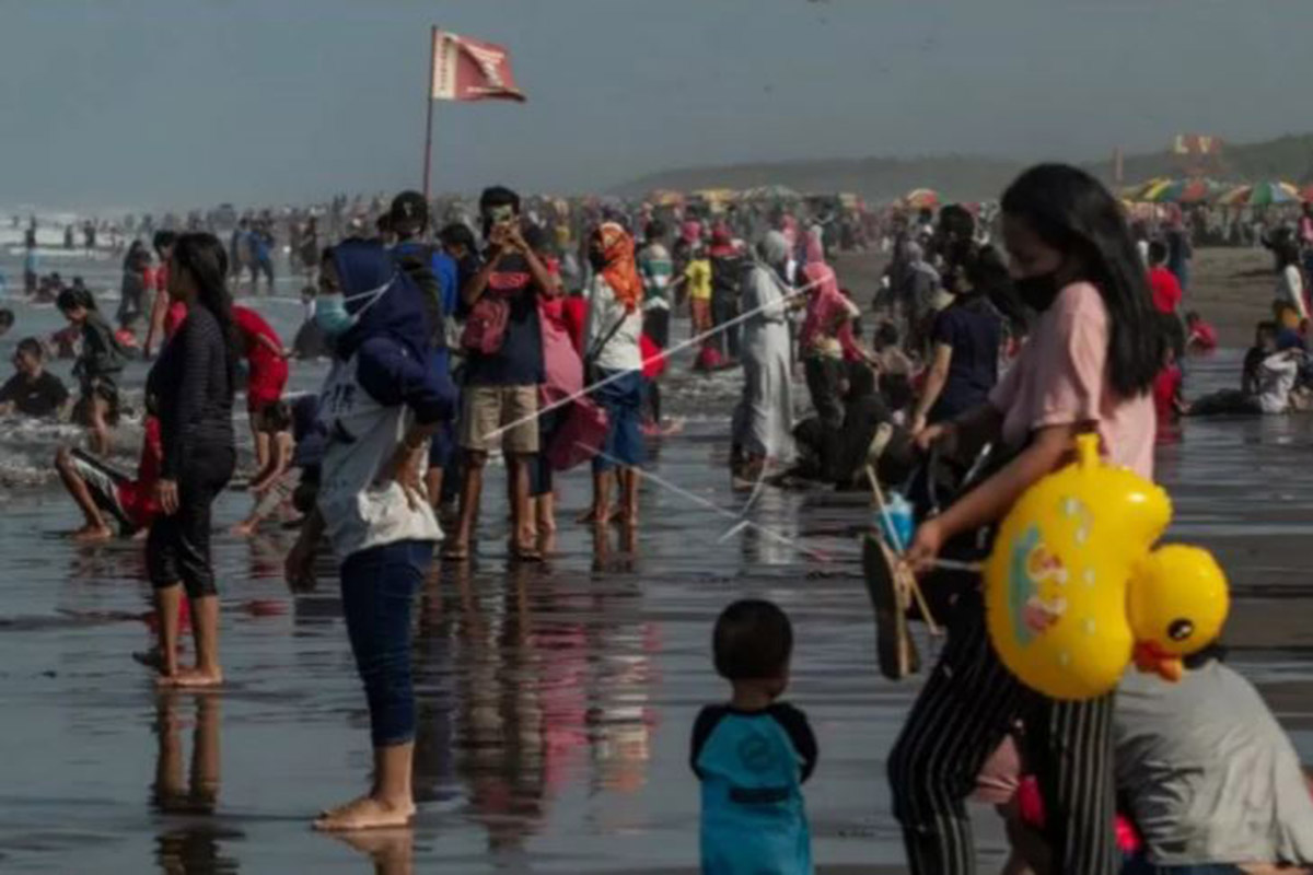 Wisatawan bermain air di Pantai Parangtritis, Bantul, DI Yogyakarta, Minggu (16/5/2021). Kawasan Pantai Parangtritis menjadi salah satu destinasi wisata di Bantul yang ramai dikunjungi oleh wisatawan selama masa liburan Idul Fitri 1442 H. (FOTO: ANTARA)