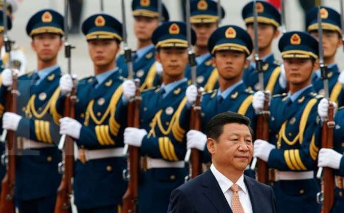 Presiden China Xi Jinping saat menginspeksi pasukan militer China. Foto: Kim Kyung-Hon/Reuters