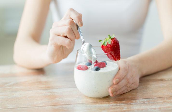 Ilustrasi makan yoghurt. Foto: Shutterstock