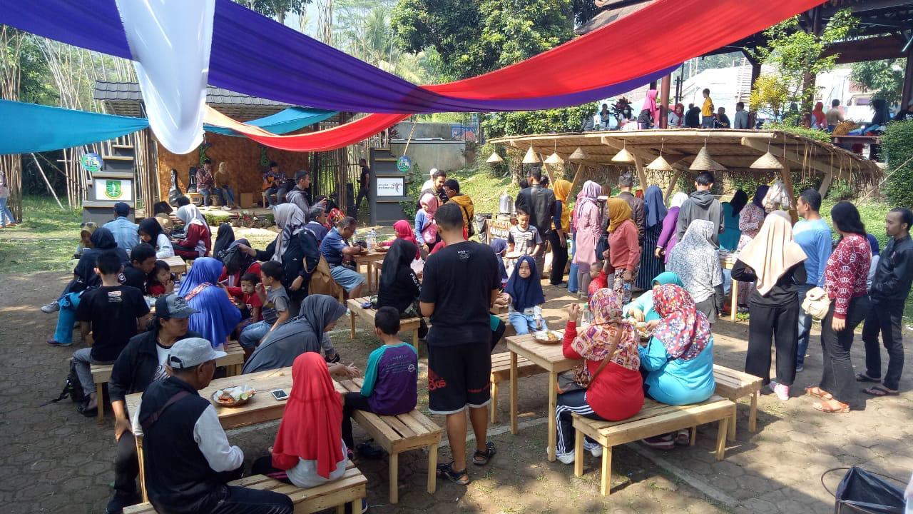 Pasar Cikundul: Senang-senang Sambil Bantu Korban Gempa