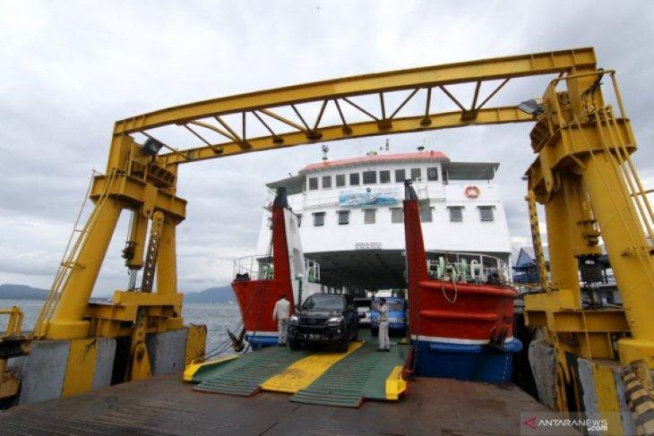 Ilustrasi - Suasana bongkar muat kendaraan dalam kapal penyeberangan di Pelabuhan Ketapang, Banyuwangi, Jawa Timur, Sabtu (2/1/2021). (ANTARA/Budi Candra Setya/zk)