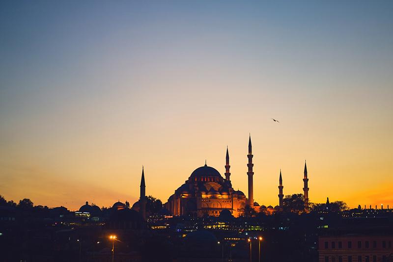 Azan Magrib (Foto: freepik/prostooleh)