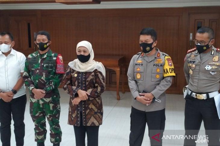 Gubernur Jawa Timur Khofifah Indar Parawansa (tengah) bersama Forkopimda usai menggelar rapat koordinasi terkait larangan mudik di Mapolda setempat, Rabu (21/4/2021). (ANTARA Jatim/Willy Irawan)