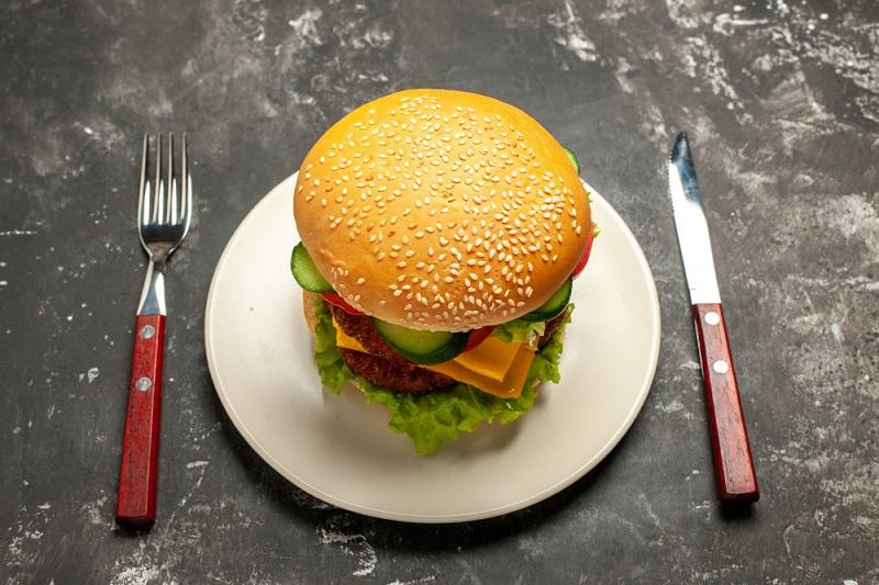 Ilustrasi burger. Foto: Freepik/KamranAydinov