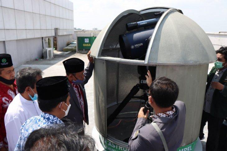 Rektor UINSA Prof Masdar Hilmi saat menunjukkan Observatorium Astronomi Sunan Ampel (OASA) Fakultas Syariah dan Hukum (FSH) yang berada di rooftop Lantai 10 Gedung Twin Towers B Pascasarjana UINSA Surabaya. (ANTARA Jatim/HO/WI)