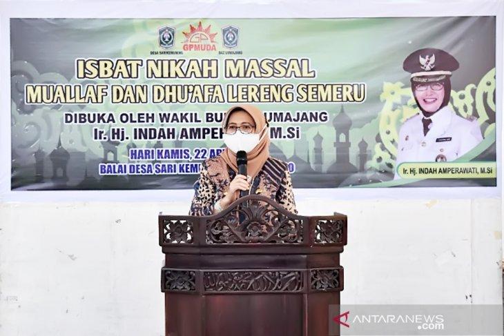 Wakil Bupati Lumajang Indah Amperawati memberikan sambutan saat isbat nikah massal bagi mualaf dan dhuafa di di Kantor Desa Sarikemuning, Kecamatan Senduro, Kamis (22/4/2021) (ANTARA/ HO - Diskominfo Lumajang)