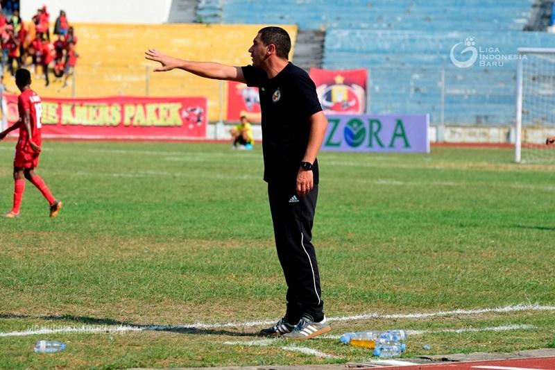 Eduardo Almeira saat masih melatih Semen Padang. Foto: ligaindonesiabaru.com