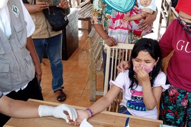Seorang anak mengikuti kegiatan rapid test masal di Balai Desa Banyuurip, Keamatan Kalidawir, Tulungagung, Rabu (5/5/2021) (ANTARA/Ist)