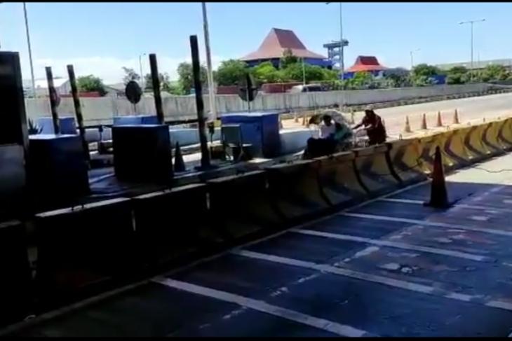Tangkapan layar dari Video becak masuk tol. ANTARA/Malik Ibrahim