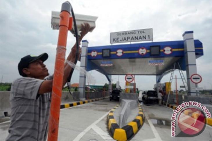 Tol Gempol-Pandaan Siap Dioperasikan Pekerja memasang CCTV di depan pintu gerbang tol Gempol-Pandaan, di Kejapanan, Pasuruan, Jawa Timur, Jumat (13/2). PT Jasa Marga Tbk, melalui anak usahanya, PT Jasa Marga Pandaan Tol, menargetkan Jalan Tol Gempol - Pasuruan sepanjang 13,6 km senilai Rp1,2 triluin itu mulai dioperasikan Maret 2015 karena secara fisik sudash selesai 100 persen. (ANTARA FOTO/Audy Alwi)