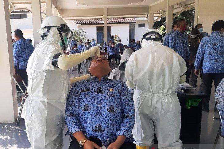 ASN di lingkungan Pemerintah Kabupaten Kediri menjalani tes cepat antigen di halaman Kantor Pemerintah Kabupaten Kediri, Jawa Timur, Senin (17/5/2021). (ANTARA)