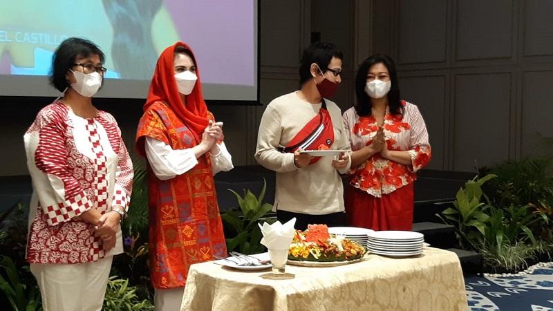 IAPI bersama Arumi Bachsin menggelar nobar Miss Universe untuk mendukung Ayu Maulida Putri di Hotel Grand Mercure Surabaya. Foto: GenPI/Delya Octovie