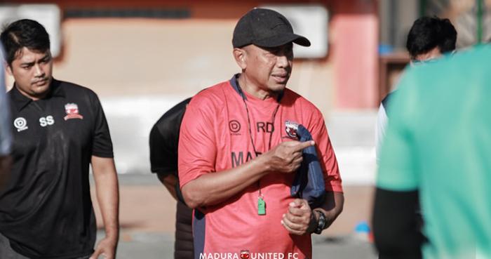 Rahmad Darmawan menempa fisik pemain Madura United sebelum kompetisi bergulir. Foto: maduraunitedfc.com