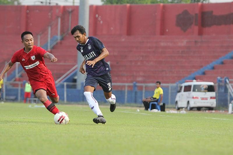 Yusuf Meilana berusaha melewati pemain Persipura di laga uji coba, Sabtu (5/6). Foto: persik.id