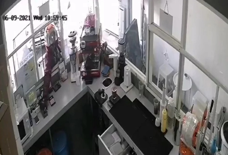 Aksi tersangka mencuri dua Hp pemilik kedai kopi di Dharmawangsa terekam CCTV. Foto: Tangkapan layar video Twitter @ruli_trs