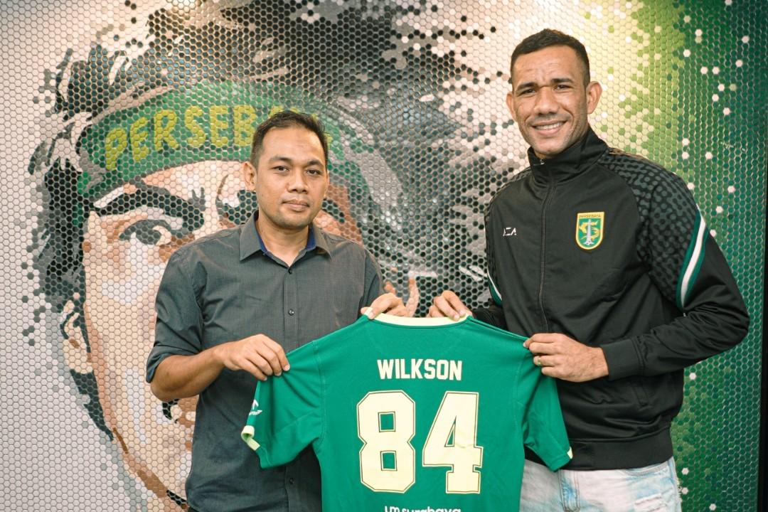 Jose Wilkson berfoto bersama manajer tim Candra Wahyudi setelah tanda tangan kontrak. Wilkson memilih nomor punggung 84 untuk musim 2021-2022. Foto: Persebaya.id