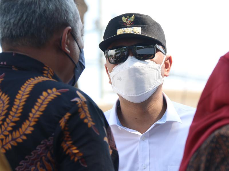 Wali Kota Surabaya Eri Cahyadi tengah berkoordinasi dengan Sekda Kota Surabaya, Hendro Gunawan di pos penyekatan Jembatan Suramadu sisi masuk Surabaya. (foto : Humas Pemkot Surabaya.