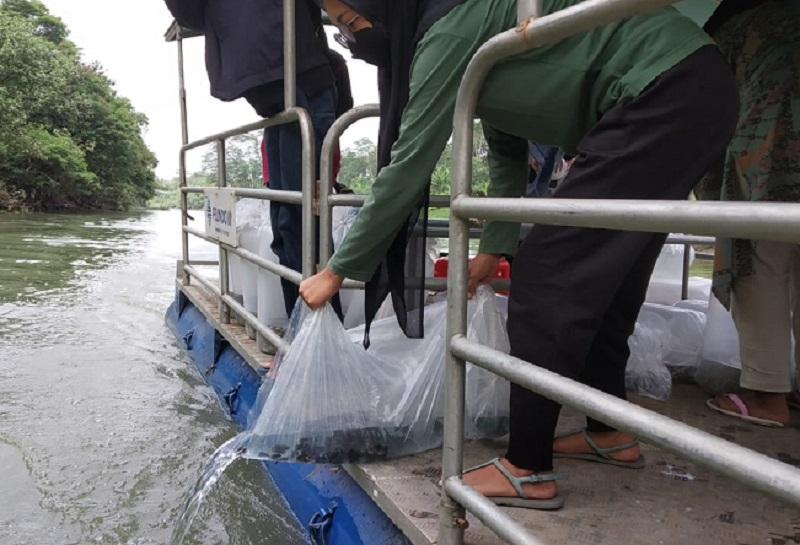 Komunitas peduli lingkungan yang tergabung dengan Relawan Peduli Sungai bersama Metta School dan Buddhist Education. Foto: Ecoton for GenPI