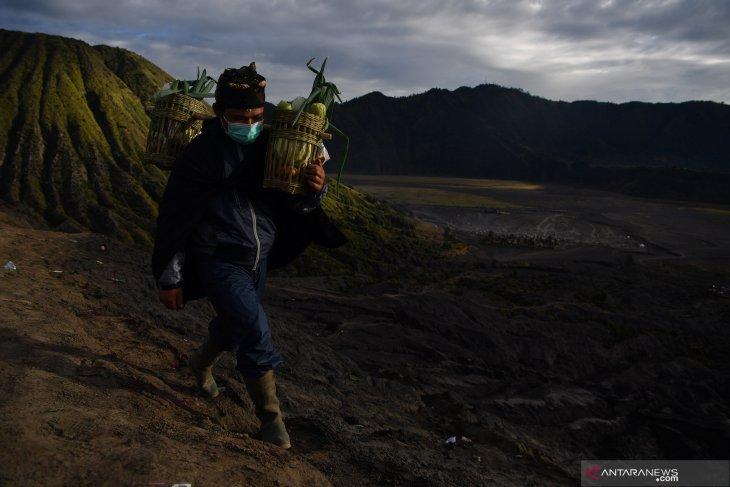 Masyarakat Suku Tengger membawa hasil bumi untuk dilarung di kawah Gunung Bromo dalam rangka perayaan Yadnya Kasada, Probolinggo, Jawa Timur, Selasa (7/7/2020). Antara Jatim/Zabur Karuru
